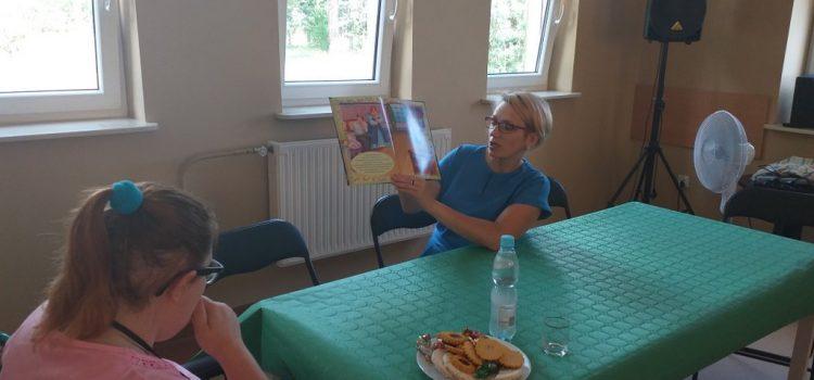 Kierownik Biblioteki czyta Uczestnikom ŚDS w Czarnowie