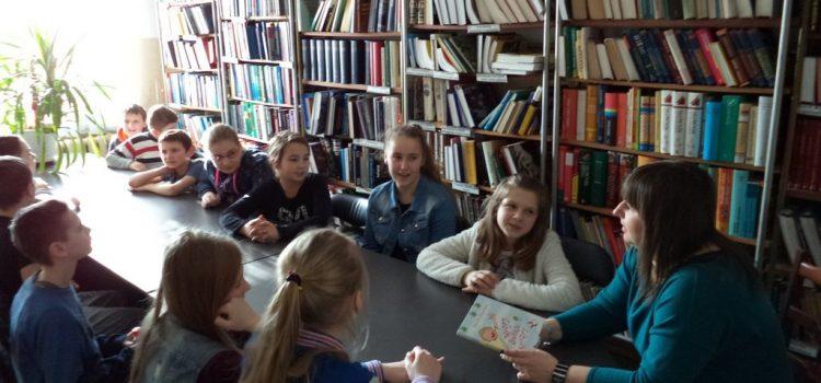 Głośne czytanie w bibliotece
