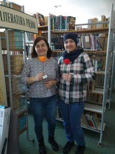 Kobiety z kwiatkiem w Bibliotece
