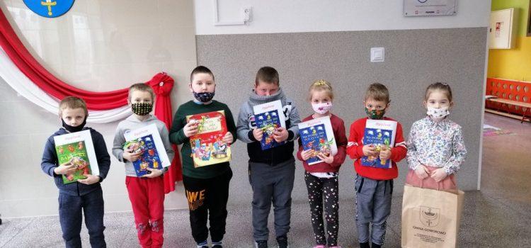 Dzieci prezentują nagrody z konkursu