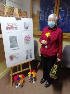 Kobieta z kwiatkiem w Bibliotece