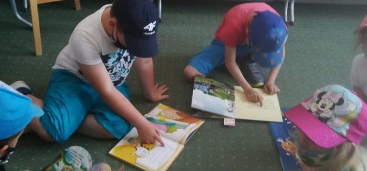 Dzieci zapoznają się z księgozbiorem biblioteki